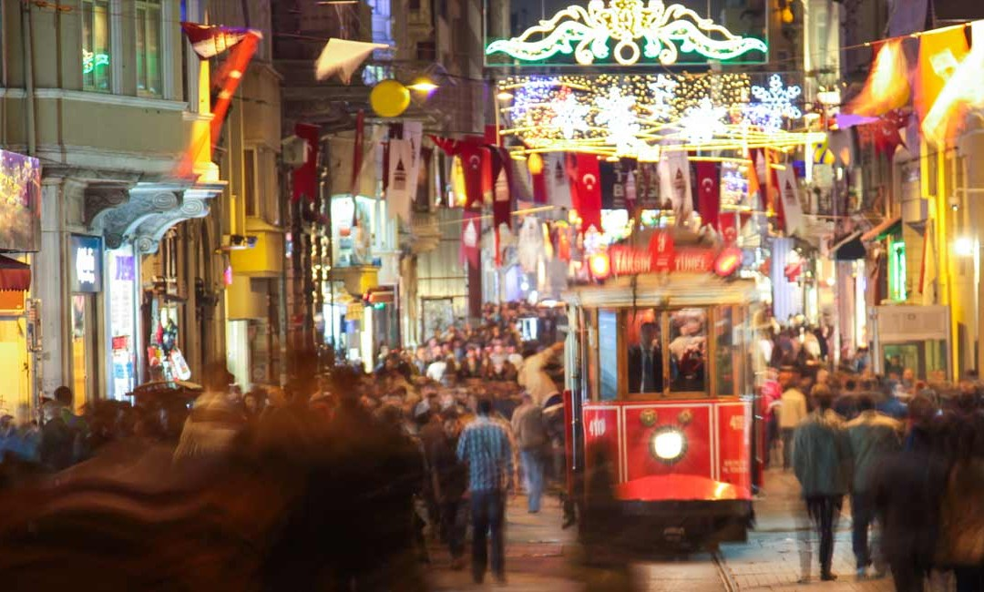 Straßenverkehr. öffentliche Verkehrsmittel und Taxis in Istanbul